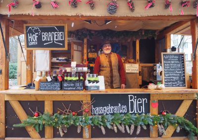 hausgebrautes Bier auf dem Weihnachtsmarkt
